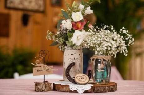 43. Decoração de centro de mesa com vidros decorados. Fonte: Pinterest