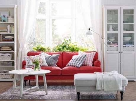 16. Decoração de sala com sofá vermelho e almofadas estampadas – Por: Pinterest