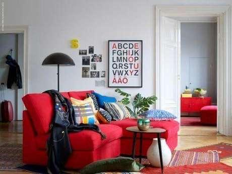 18. Decoração de sala de estar com sofá vermelho – Por: Maison
