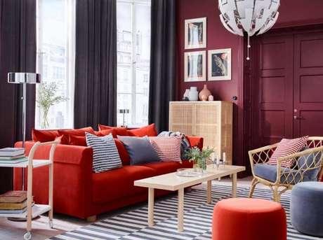 19. Decoração de sala com sofá vermelho e cortinas escuras – Por: Pinterest