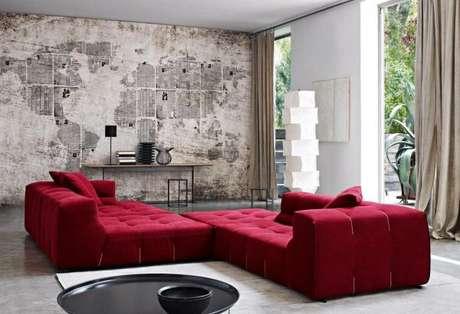 20. Decoração de sala de estar com parede de jornal e sofá vermelho – Por: Viva Decora