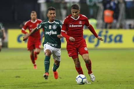 Marcos Rocha e Paolo Guerrero durante jogo entre Palmeiras x Internacional realizado no Allianz Parque
