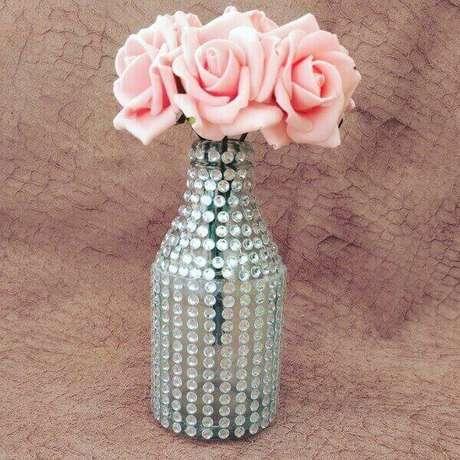 36. Garrafas de vidro decoradas com strass. Fonte: Tua Casa
