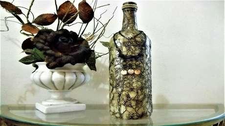 24. Garrafa de vidro decorado com betume e papel de seda. Fonte: Pinterest