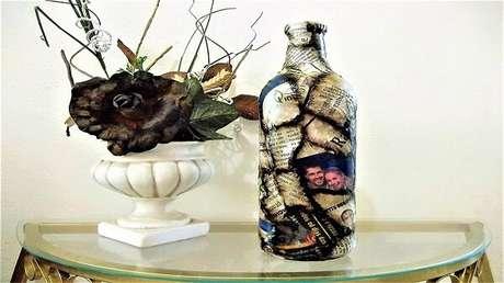 15. Garrafa de vidro decorado com betume, jornal e betume. Fonte: Pinterest