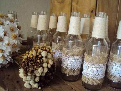 41. Garrafas de vidro decorados com linha de sisal, juta e renda. Fonte: Elo7