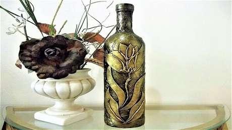 18. Garrafa de vidro decorado com papel de seda e flor de EVA. Fonte: Pinterest