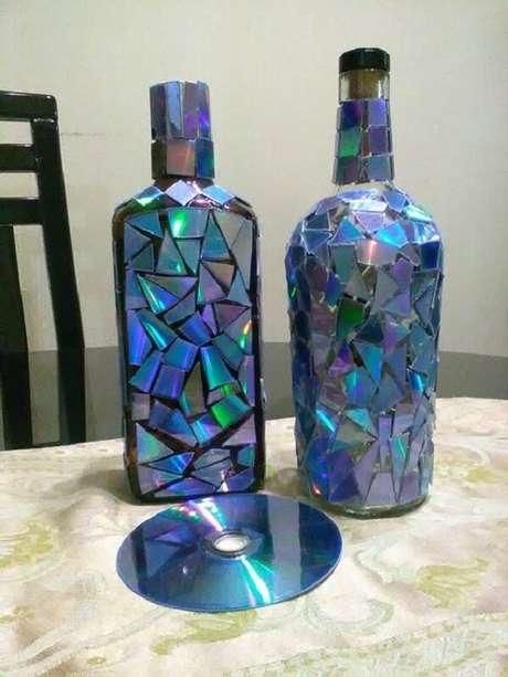 47. Garrafa de vidros decorados com reaproveitamento de CD. Fonte: Pinterest