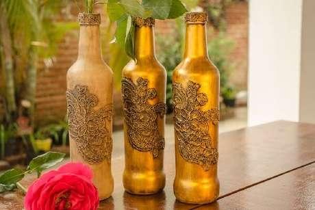 4. Garrafa decorada com renda e betume. Fonte: Pinterest
