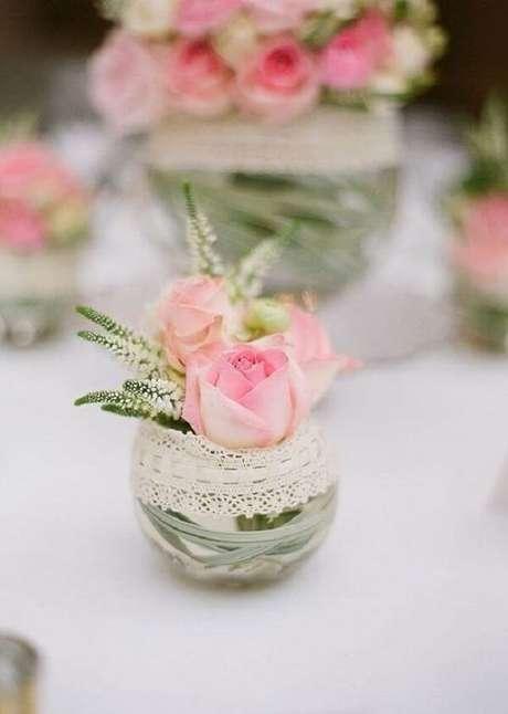 17. Vidrosdecorados com renda encantam a decoração da mesa. Fonte: Pinterest