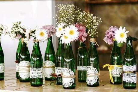20. Garrafas de vidros decorados com papel rendado. Fonte: Blog Meu Casamento