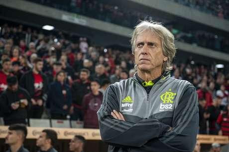 O técnico Jorge Jesus, do Flamengo, em partida contra o Athletico Paranaense, válida pelas quartas de final da Copa do Brasil 2019, na Arena da Baixada, em Curitiba (PR)