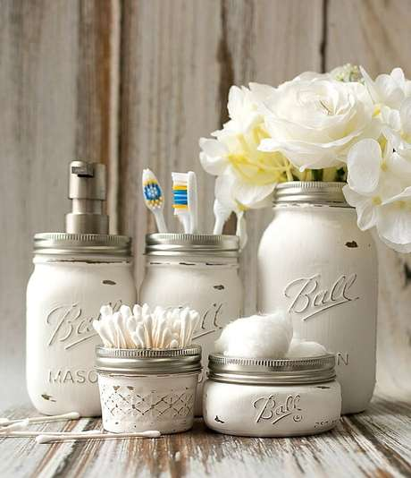 21. Modelo Mason Jars, vidros decorados recebeu tinta branca. Fonte: Pinterest