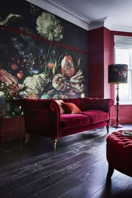 21. Papel de parede para sala com sofá vermelho retrô – Por: Pinterest