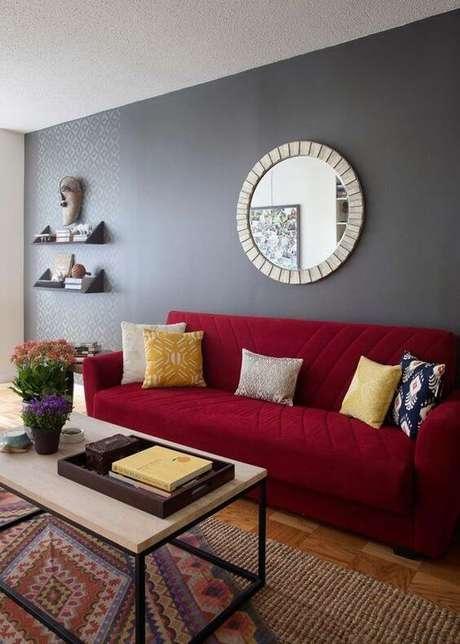 22. Paleta de cores com parede cinza e sofá vermelho – Por: Pinterest