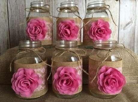 26. Pote de vidros decorados com juta e flor de tecido. Fonte: Etsy
