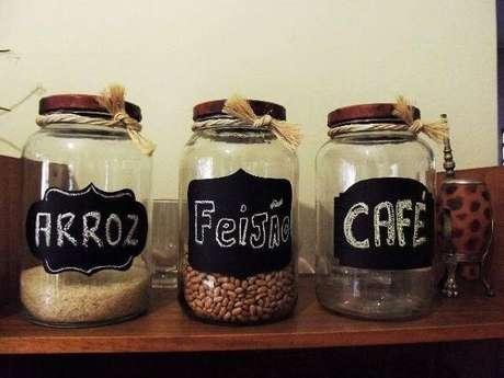 64. Potes de vidros decorados para mantimentos com nomes. Fonte: Pinterest