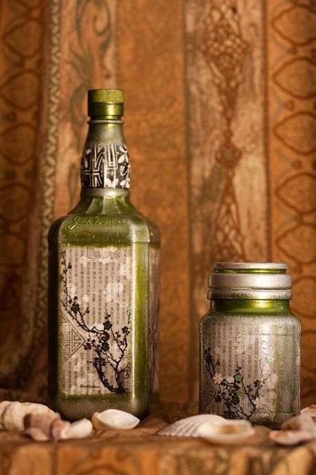 66. Para vidros decorados reaproveite as folhas de uma revista velha. Fonte: Pinterest