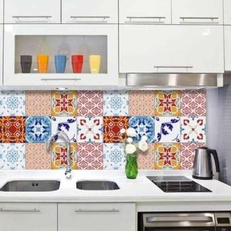 49- Para o revestimento para cozinha utilize adesivos na paredeque imitam ladrilho hidráulico. Fonte: Pegue e Cole