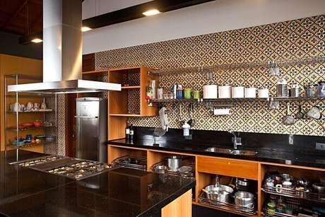 3. Revestimento para cozinha com ladrilho hidráulico. Fonte: Chão de Barro Revestimentos