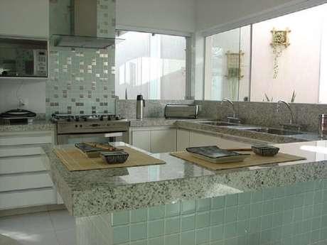 62- A cozinha é decorada com pastilha de vidro. Fonte: ConstruindoDecor
