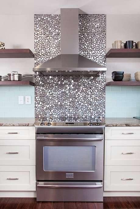 86. Revestimento para cozinha com pastilhas arredondadas metalizadas. Fonte: Pinterest