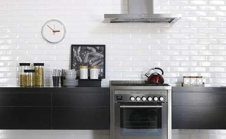 87. Revestimento para cozinha com porcelanato branco. Fonte: Tanto Revestimentos