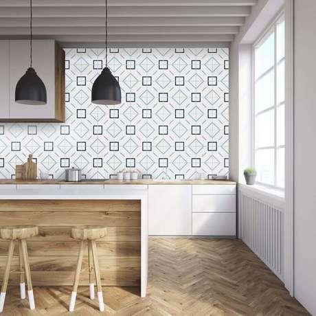 39. Aqui o revestimento para cozinha de madeira e também o de estampa geométrica deixou o ambiente moderno e aconchegante ao mesmo tempo