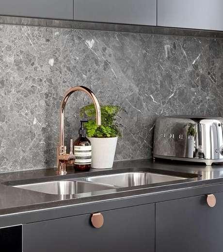 46. A pedra como revestimento para cozinha deu um visual moderno e sofisticado para o ambiente.