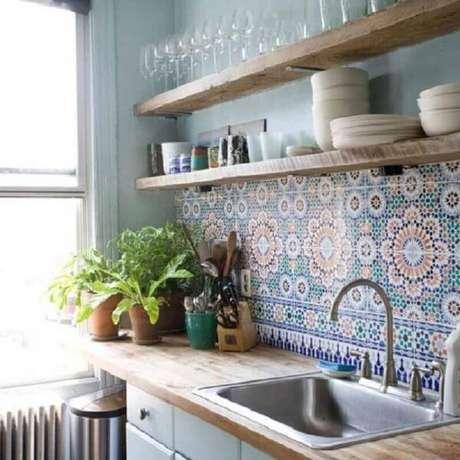 60- O ladrilho hidráulico é muito utilizado na decoração de cozinha pequena. Fonte: Tudo Construção