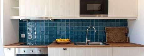 90. Revestimento para cozinha na cor azul. Fonte: Pinterest