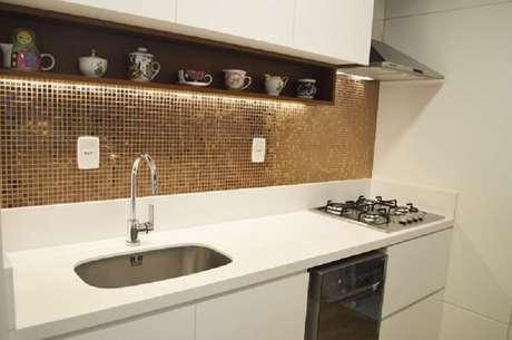 76- Revestimento para cozinha com pastilhas em cobre o ambiente.