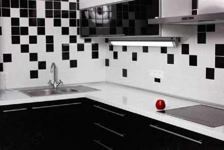 78- Revestimento para cozinha em preto e branco. Fonte: Decoração e Construção de Casas