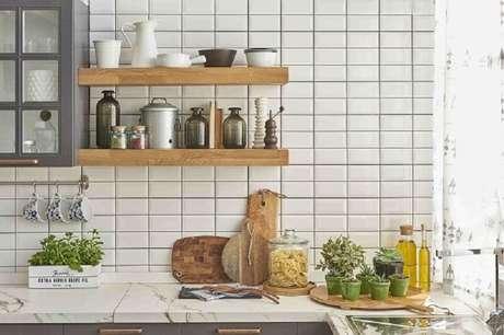 79- Revestimento para cozinha branco seguindo o estilo retrô. Fonte: Pinterest