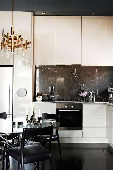 93. Revestimento para cozinha utilizando mármore. Fonte: Pinterest