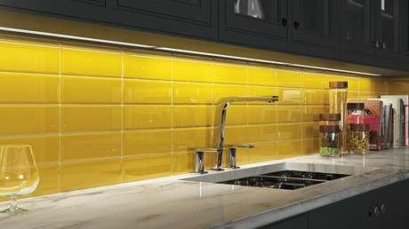 45. Revestimento para cozinha utilizando o modelo blacksplash. Fonte: Cerâmica Portinari