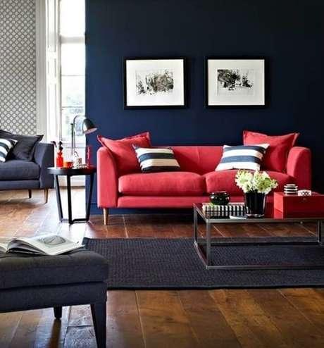8. Sala azul marinho com sofá vermelho em contraste – Por: Pinterest