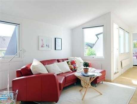10. Sala branca com sofá vermelho para alegrar o ambiente – Por: Umcomo