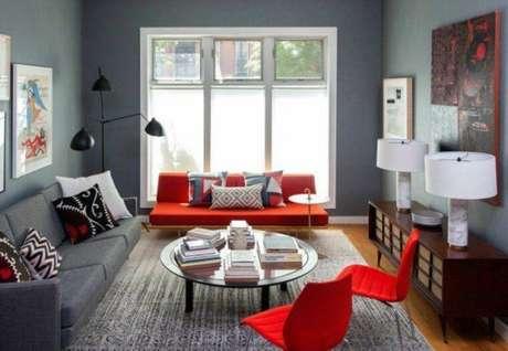 24. Sala cinza com decoração de sofá vermelho – Por: Pinterest