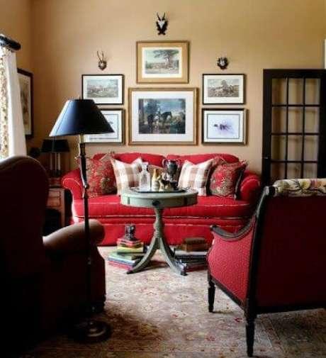 25. Sala clássica com sofá vermelho e composição de quadros diferenciada – Por: Pinterest