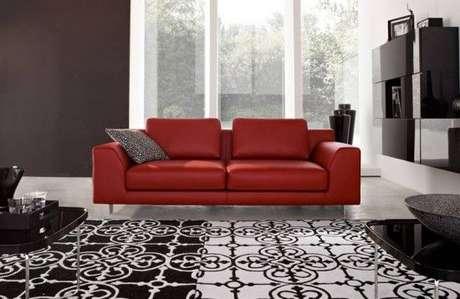 26. Sala com decoração preto e branca e sofá vermelho – Por: Pinterest