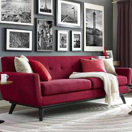27. Sala com sofá vermelho e decoração em tons de preto e branco – Por: Naby tok4 you