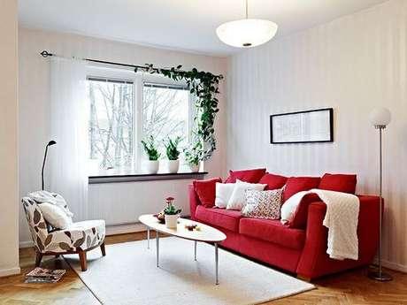 28. Sala de estar super clean,com sofá vermelho – Por: Couch e Sofa