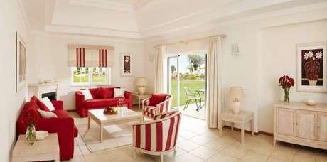29. Sala de estar branca com o sofá vermelho como destaque – Por: Vale Das Oliveiras