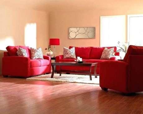 30. Sala de estar com conjunto de sofá vermelho – Por: Enmachion