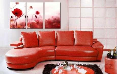 12. Sala de estar branca com sofá vermelho e quadros combinando – Por: Pinterest