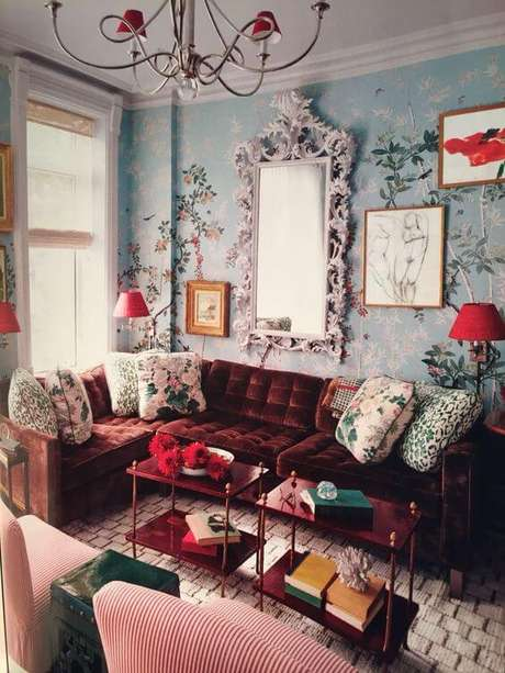 9. Sala retrô com papel de parede azul claro e sofá vermelho vinho – Por: Pinterest