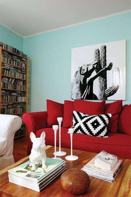 32. Sofá vermelho com parede verde água e almofada estampada – Por: Clemaround The Corner