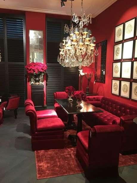 33. Sofá vermelho para sala de estar vermelha – Por: Pinterest