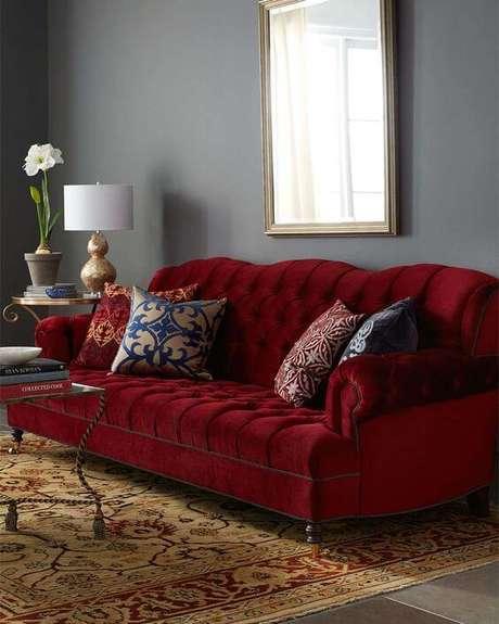 34. Sofá vermelho para sala cinza – Por: Decoração24